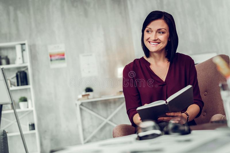Ευχάριστος ακτινοβολώντας ψυχολόγος που χαμογελά επικοινωνώντας με τον πελάτη στοκ εικόνες