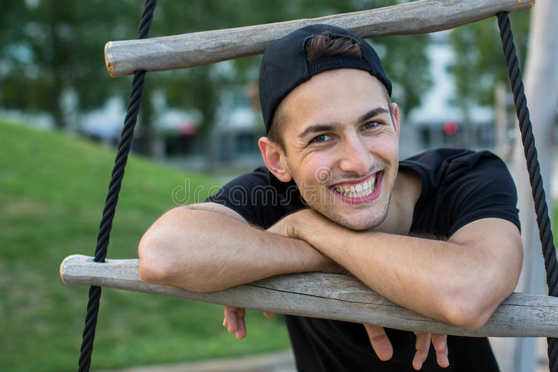 Ευχάριστος νεαρός άνδρας με ένα ευτυχές χαμόγελο στοκ φωτογραφία