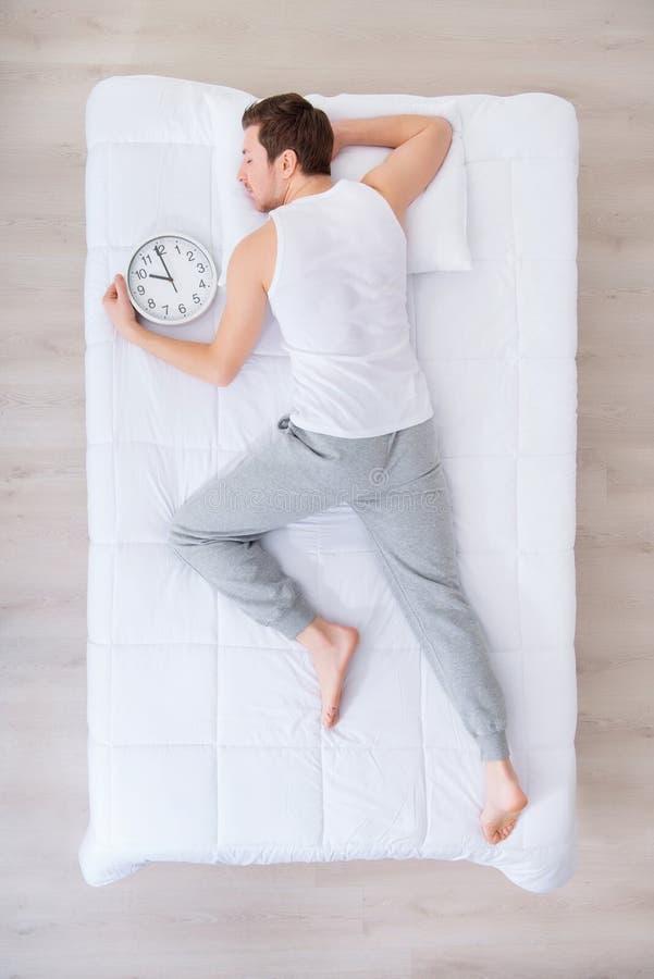 Ευχάριστος ύπνος ατόμων με το ρολόι στοκ φωτογραφίες με δικαίωμα ελεύθερης χρήσης