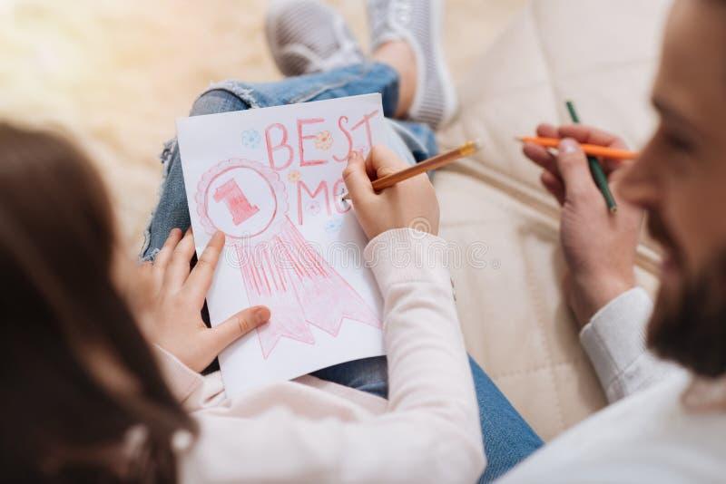Ευχάριστο κορίτσι της Νίκαιας που σύρει μια κάρτα για τη μητέρα της στοκ φωτογραφία με δικαίωμα ελεύθερης χρήσης