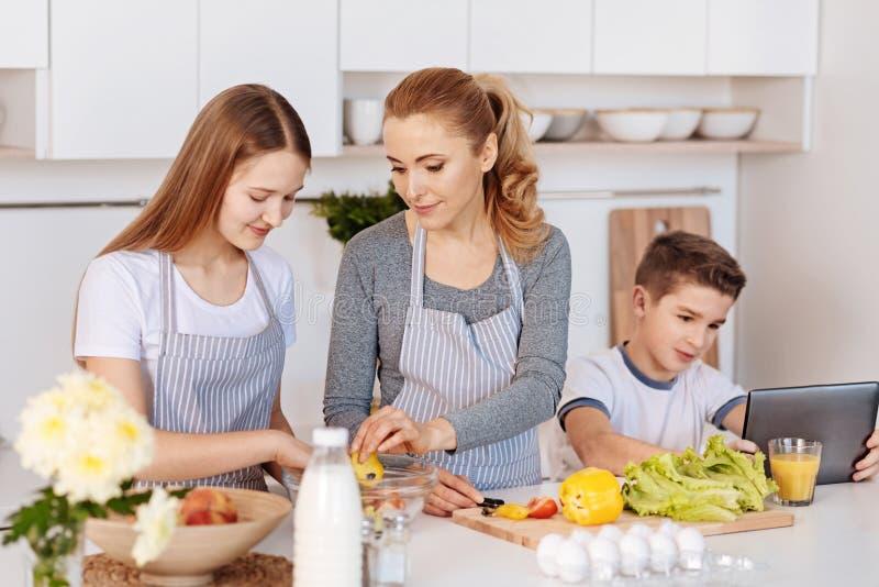 Ευχάριστο μαγειρεύοντας γεύμα μητέρων με τα παιδιά της στοκ εικόνες