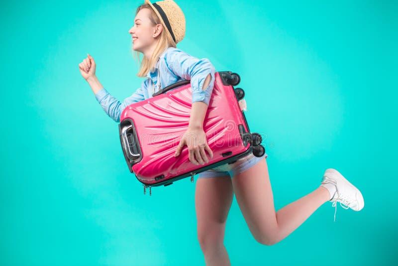 Ευχάριστο νέο κορίτσι που τρέχει μετά από το λεωφορείο Έννοια καθυστέρησης ελλείπον τραίνο στοκ εικόνα