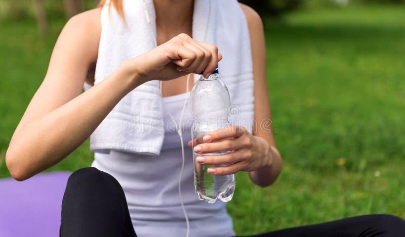 Ευχάριστο πόσιμο νερό γυναικών στοκ φωτογραφία με δικαίωμα ελεύθερης χρήσης