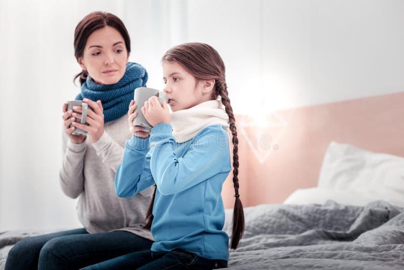 Ευχάριστο τσάι οικογενειακής κατανάλωσης από κοινού στοκ εικόνες