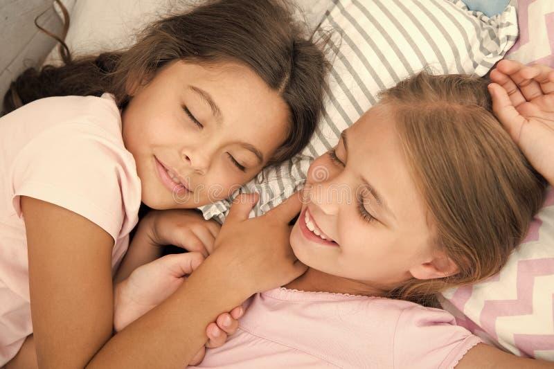 Ευχάριστο όνειρο στο μυαλό της Τα κορίτσια πέφτουν κοιμισμένα μετά από το κόμμα πυτζαμών στην κρεβατοκάμαρα Τα κορίτσια έχουν τον στοκ εικόνα