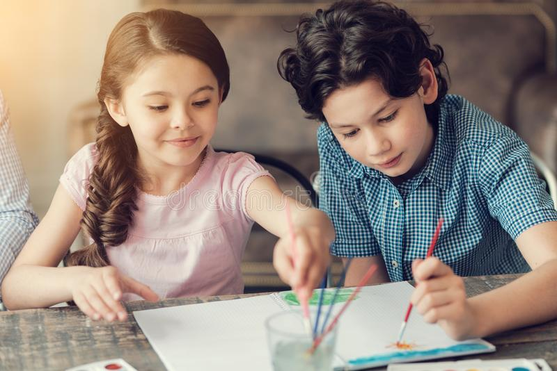 Ευχαριστημένα συμπαθητικά παιδιά που απολαμβάνουν τη δραστηριότητα στοκ εικόνα με δικαίωμα ελεύθερης χρήσης