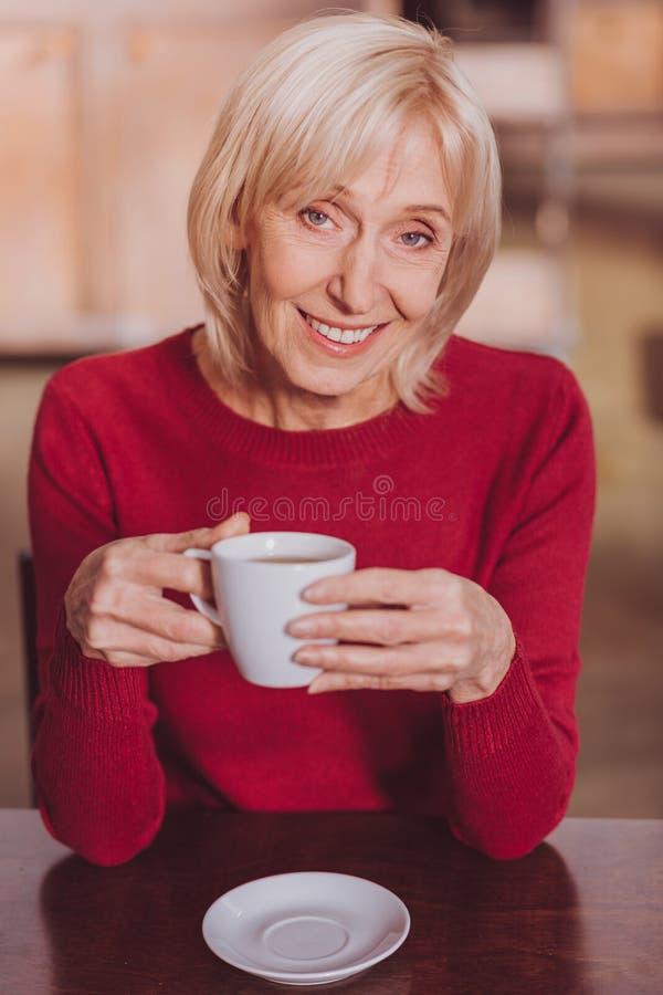Ευχαριστημένη γυναίκα που έχει τον καφέ και τη χαλάρωση στοκ εικόνα με δικαίωμα ελεύθερης χρήσης