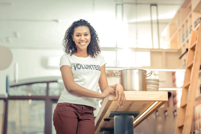 Ευχαριστημένη συμπαθητική γυναίκα που στέκεται στην κουζίνα στοκ φωτογραφία με δικαίωμα ελεύθερης χρήσης