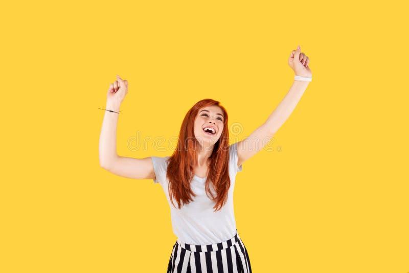 Ευχαριστημένη χαρούμενη γυναίκα που παρουσιάζει ευτυχία της στοκ φωτογραφία με δικαίωμα ελεύθερης χρήσης