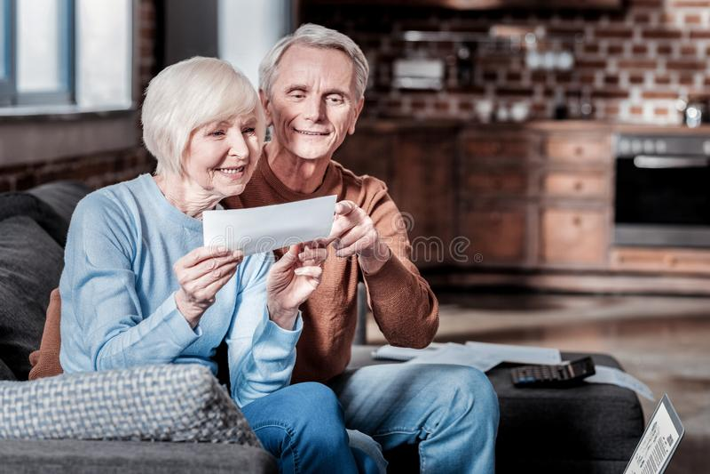 Ευχαριστημένοι ανώτεροι άνθρωποι που είναι ευτυχείς από κοινού στοκ εικόνα