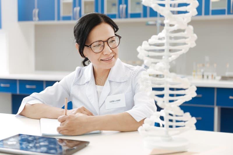 Ευχαριστημένος γενετικός ερευνητής που μελετά το γονιδίωμα στοκ εικόνα με δικαίωμα ελεύθερης χρήσης