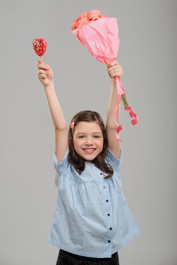 Ευχαριστημένο κορίτσι με τα δώρα στοκ εικόνα με δικαίωμα ελεύθερης χρήσης
