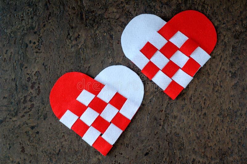 Ευχετήρια κάρτα για χειροποίητες δύο καρδιές ημέρας του βαλεντίνου από το αισθητό στριμμένο άσπρο και κόκκινο χρώμα στοκ εικόνα