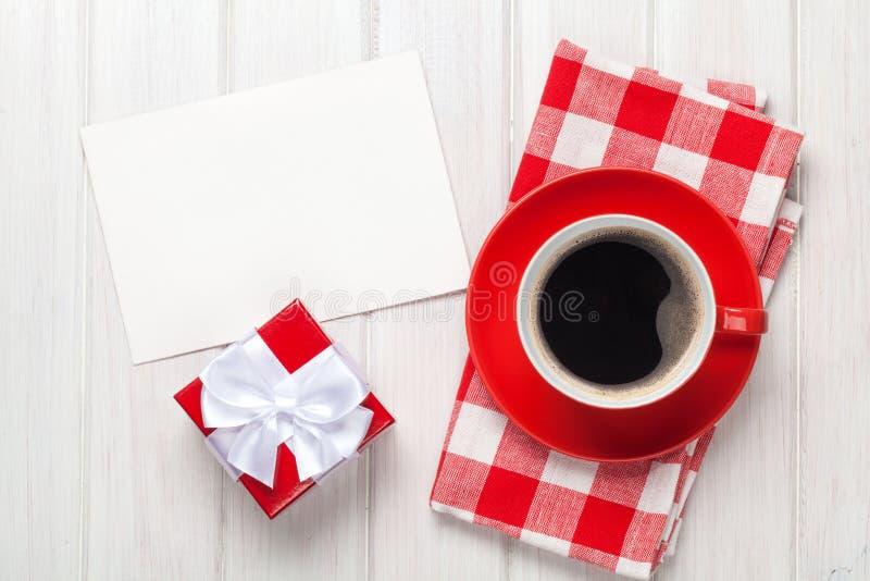 Ευχετήρια κάρτα ημέρας βαλεντίνων, κιβώτιο δώρων και φλυτζάνι καφέ στοκ φωτογραφίες