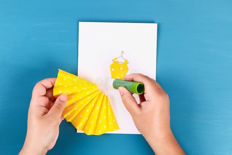 Ευχετήρια κάρτα ημέρας μητέρων Diy με μια διακόσμηση φορεμάτων και λουλουδιών πετσετών εγγράφου στοκ εικόνες