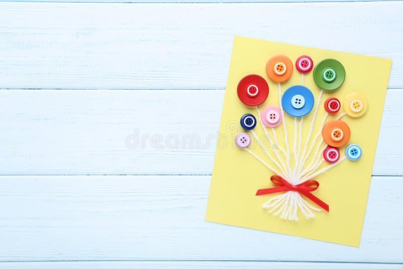 Ευχετήρια κάρτα με τα κουμπιά στοκ εικόνα