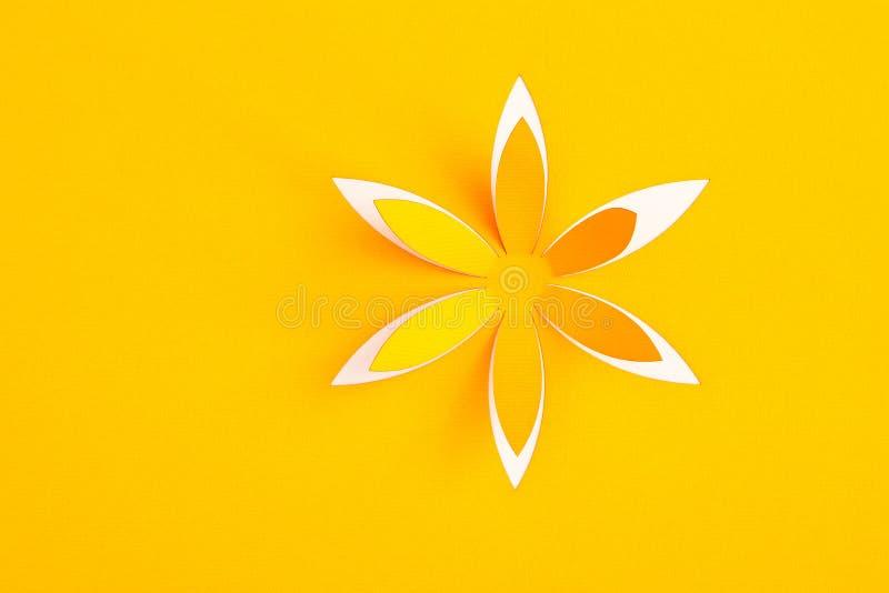 Ευχετήρια κάρτα με το λουλούδι εγγράφου στοκ φωτογραφία