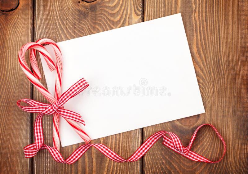Ευχετήρια κάρτα Χριστουγέννων ή πλαίσιο φωτογραφιών πέρα από τον ξύλινο πίνακα με το ασβέστιο στοκ φωτογραφία με δικαίωμα ελεύθερης χρήσης