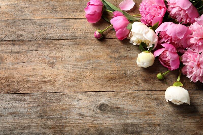 Ευώδη peonies στον ξύλινο πίνακα, τοπ άποψη r στοκ φωτογραφία με δικαίωμα ελεύθερης χρήσης