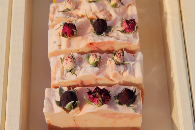 ευώδες χειροποίητο σαπούνι λουλουδιών σε ένα κιβώτιο στοκ φωτογραφίες