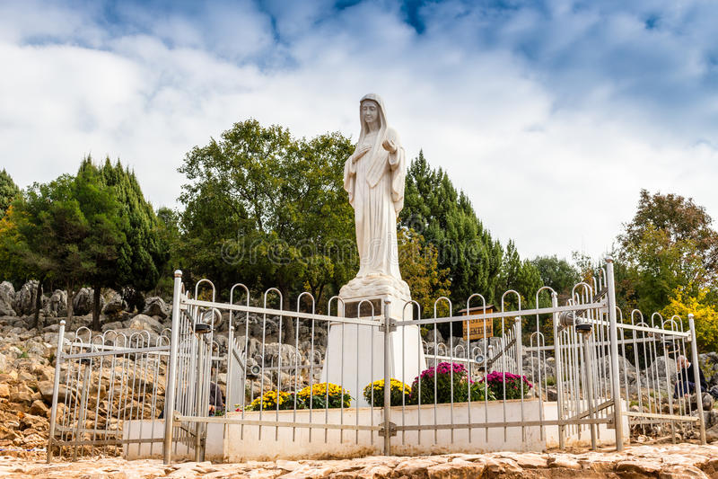 Ευλογημένο άγαλμα της Virgin Mary στο λόφο εμφάνισης στοκ φωτογραφία με δικαίωμα ελεύθερης χρήσης