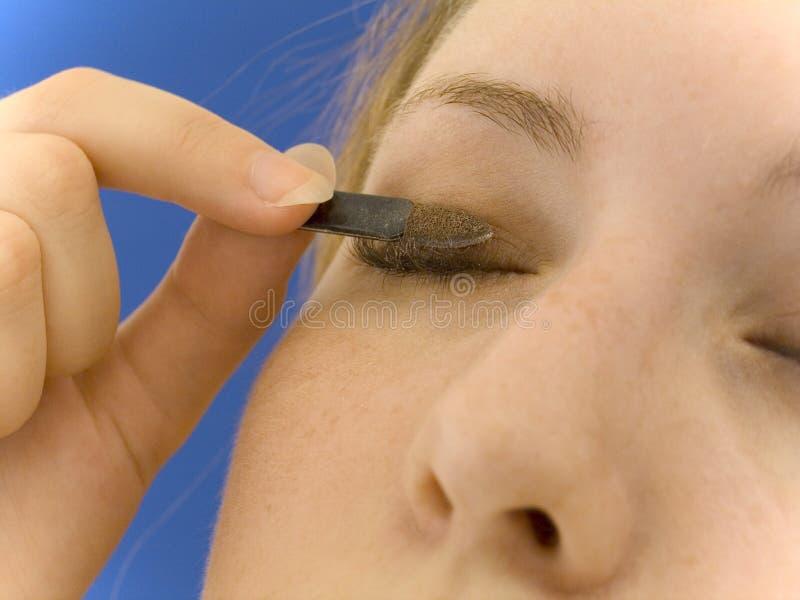 'Εφαρμογή' της σκιάς ματιών στοκ φωτογραφία
