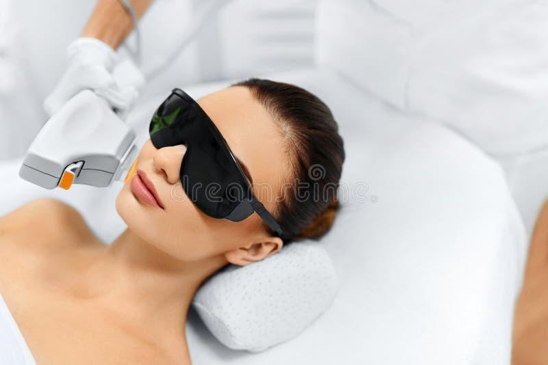 'Εφαρμογή' του διαφανούς βερνικιού δερμάτων προσοχής Επεξεργασία ομορφιάς προσώπου IPL Του προσώπου θεραπεία φωτογραφιών απαντήσε στοκ εικόνα