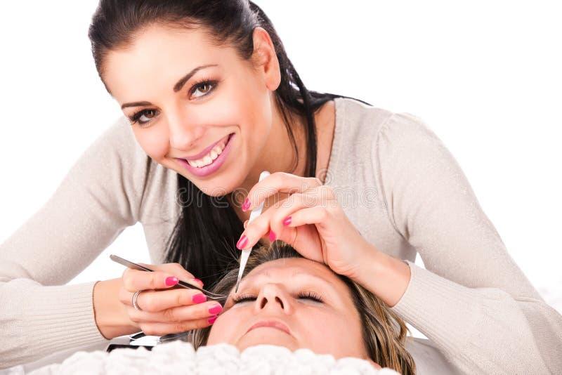 Εφαρμογή των ψεύτικων eyelashes στοκ εικόνα
