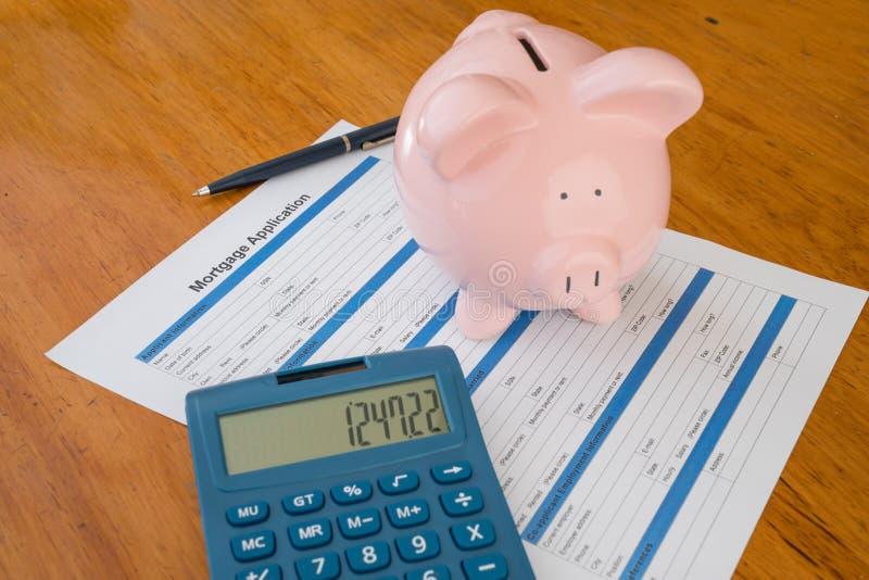 Εφαρμογή υποθηκών στο γραφείο με την τράπεζα Piggy στοκ φωτογραφίες με δικαίωμα ελεύθερης χρήσης