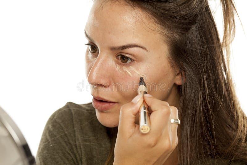 'Εφαρμογή' concealer της γυναίκας στοκ φωτογραφία με δικαίωμα ελεύθερης χρήσης