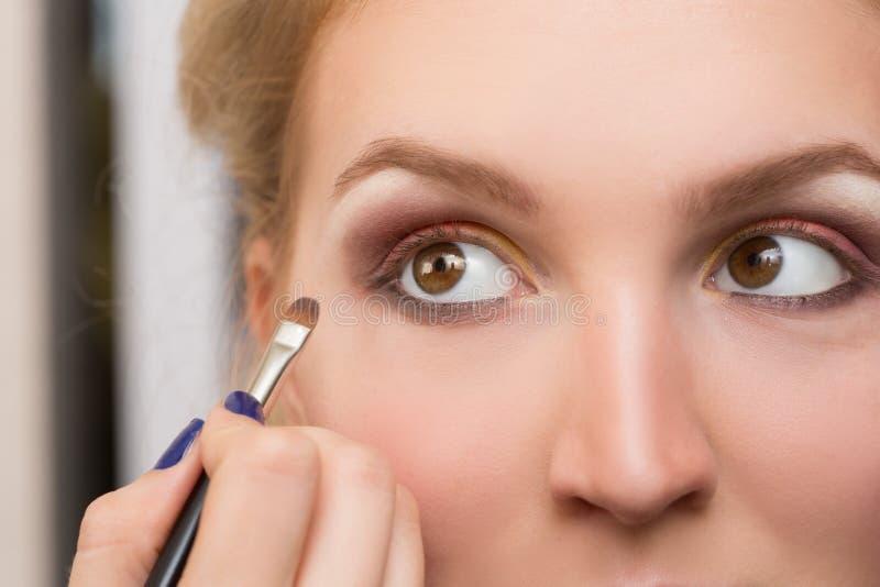 Εφαρμοσμένη κορίτσι σύνθεση στα μάτια της στοκ εικόνες