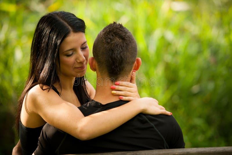 Εφηβικά υπόλοιπα ζευγών σε ένα απόγευμα πρόσφατου καλοκαιριού στο πάρκο στοκ εικόνες με δικαίωμα ελεύθερης χρήσης