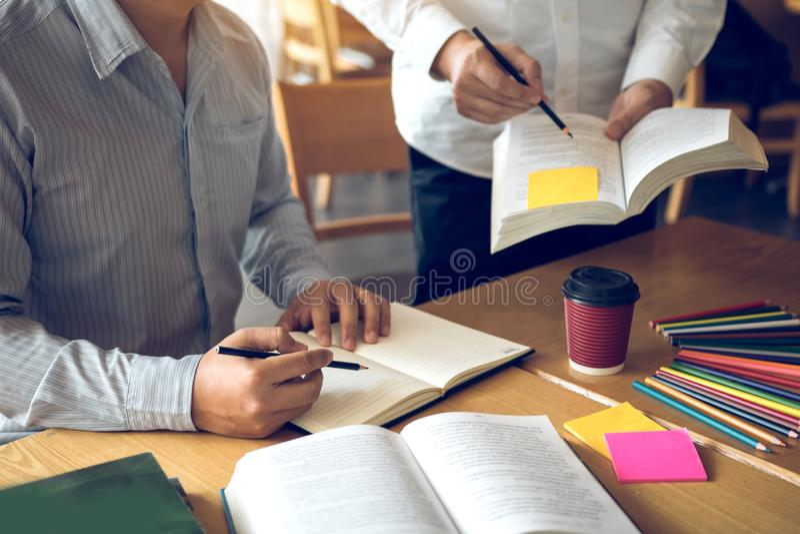 Εφηβικές εργασίες σπουδαστών για την εργασία στο δωμάτιό του και το γράψιμο στο σημειωματάριο στοκ εικόνες