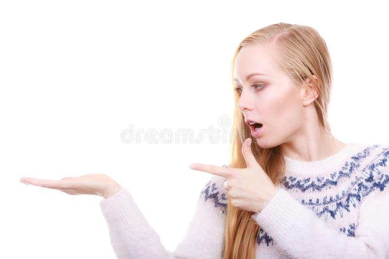 Εφηβική ξανθή γυναίκα που δείχνει στο copyspace στοκ εικόνα με δικαίωμα ελεύθερης χρήσης