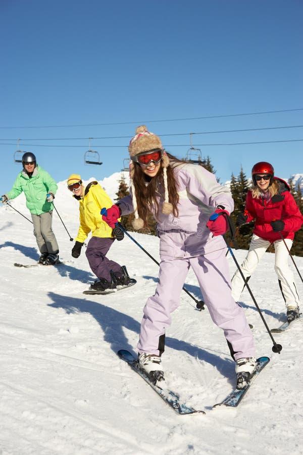 Εφηβική οικογένεια στις διακοπές σκι στα βουνά στοκ φωτογραφία με δικαίωμα ελεύθερης χρήσης