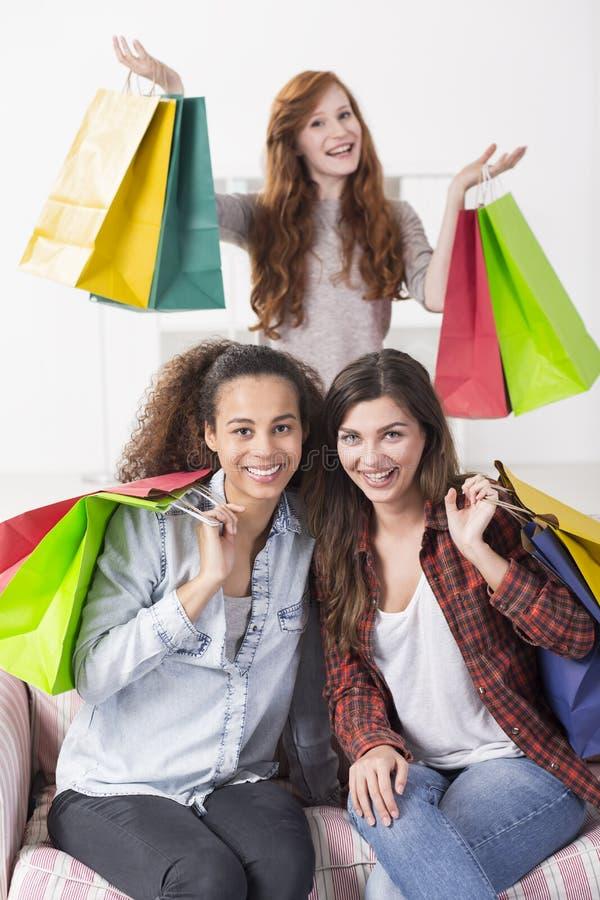 Εφηβικοί ανεμιστήρες αγορών που έχουν τα μέρη της διασκέδασης στοκ εικόνες