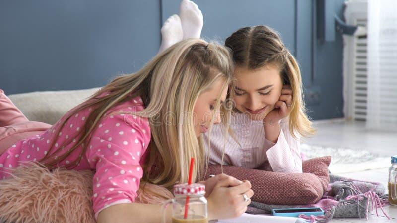 Εφηβικοί σύντροφοι επικοινωνίας φίλων χόμπι στοκ εικόνες