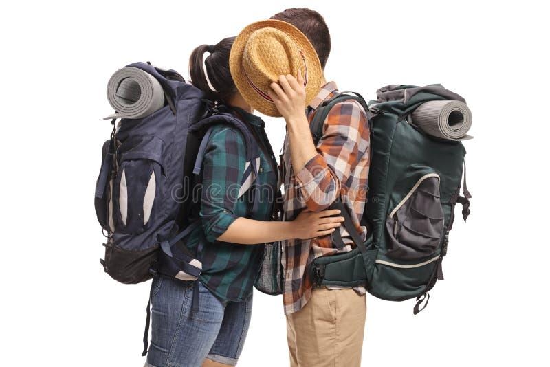 Εφηβικοί τουρίστες που φιλούν και που κρύβουν πίσω από ένα καπέλο στοκ εικόνες με δικαίωμα ελεύθερης χρήσης