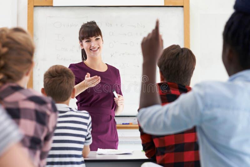 Εφηβικός μαθητής που απαντά στην ερώτηση στην κατηγορία στοκ εικόνες