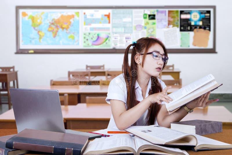 Εφηβικός σπουδαστής που μελετά στην κατηγορία σοβαρά στοκ εικόνα με δικαίωμα ελεύθερης χρήσης