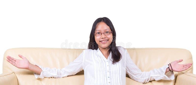 Εφηβικό ασιατικό κορίτσι σε έναν καναπέ ΙΙΙ στοκ εικόνες