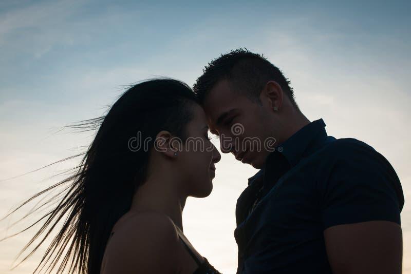 Εφηβικό ζεύγος σε ένα απόγευμα πρόσφατου καλοκαιριού στο πάρκο στοκ εικόνα με δικαίωμα ελεύθερης χρήσης