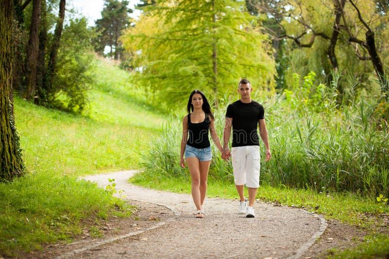 Εφηβικό ζεύγος σε ένα απόγευμα πρόσφατου καλοκαιριού στο πάρκο στοκ φωτογραφίες με δικαίωμα ελεύθερης χρήσης