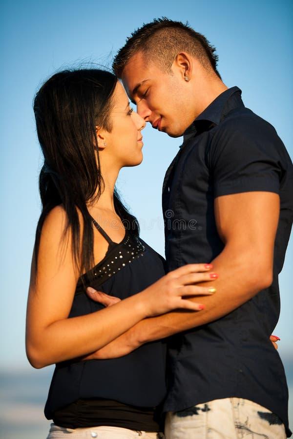 Εφηβικό ζεύγος σε ένα απόγευμα πρόσφατου καλοκαιριού στο πάρκο στοκ εικόνες