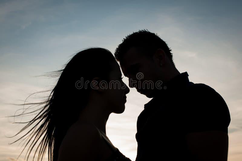 Εφηβικό ζεύγος σε ένα απόγευμα πρόσφατου καλοκαιριού στο πάρκο στοκ φωτογραφία με δικαίωμα ελεύθερης χρήσης