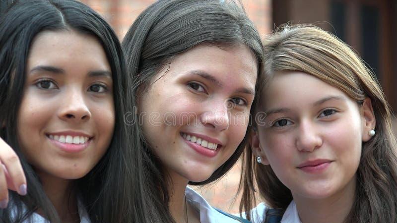 Εφηβικό θηλυκό χαμόγελο φίλων στοκ εικόνες