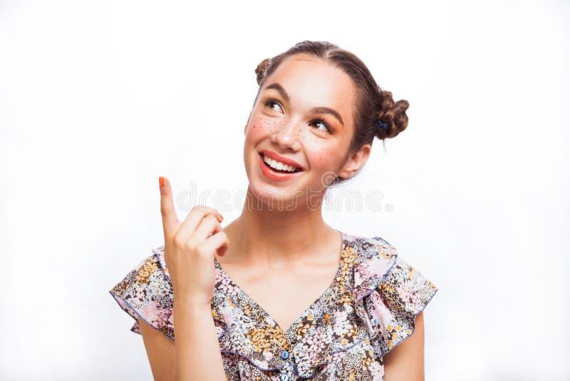 Εφηβικό πρότυπο κορίτσι ομορφιάς που σκέφτεται ή που επιλέγει Όμορφο χαρούμενο κορίτσι εφήβων με τις φακίδες, αστείο hairstyle κα στοκ φωτογραφία με δικαίωμα ελεύθερης χρήσης
