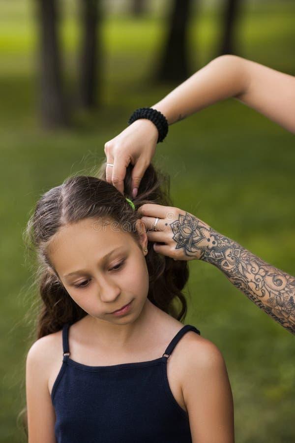 Εφηβικό hairstyle Σύγχρονη δραστηριότητα νεολαίας ομορφιάς στοκ φωτογραφία με δικαίωμα ελεύθερης χρήσης