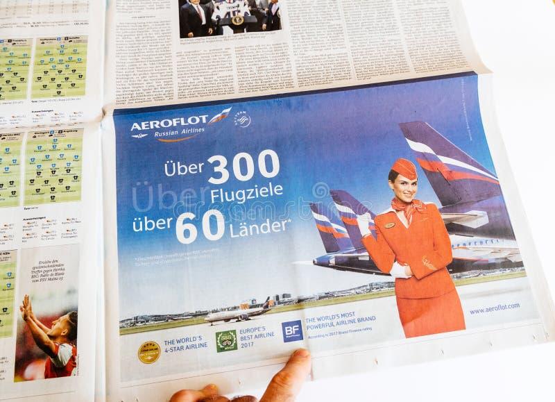 Εφημερίδα ανάγνωσης ατόμων που εξετάζει τη διαφήμιση Αεροφλότ στοκ φωτογραφία με δικαίωμα ελεύθερης χρήσης