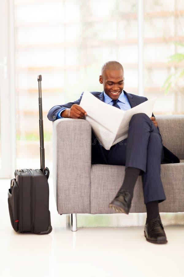 Εφημερίδα ανάγνωσης επιχειρηματιών στοκ εικόνα με δικαίωμα ελεύθερης χρήσης